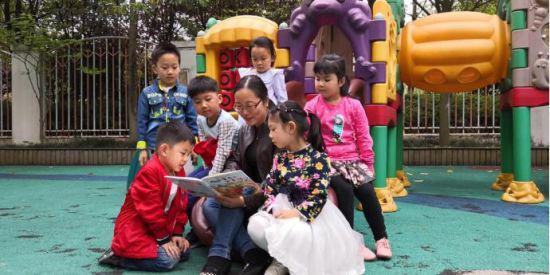 王淑宜在和孩子们一起阅读。 校方提供