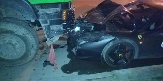 温州300万元的法拉利凌晨撞车 损失高达百万元