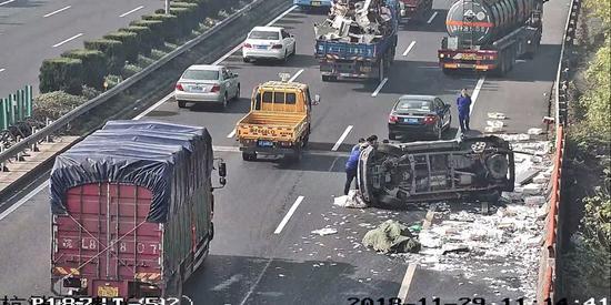 图为:事故现场。 视频截图