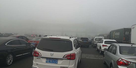 南京到合肥的高速,因大雾封路。网友老梦 图