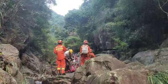 救援人员在山谷中搜寻。曾强 摄