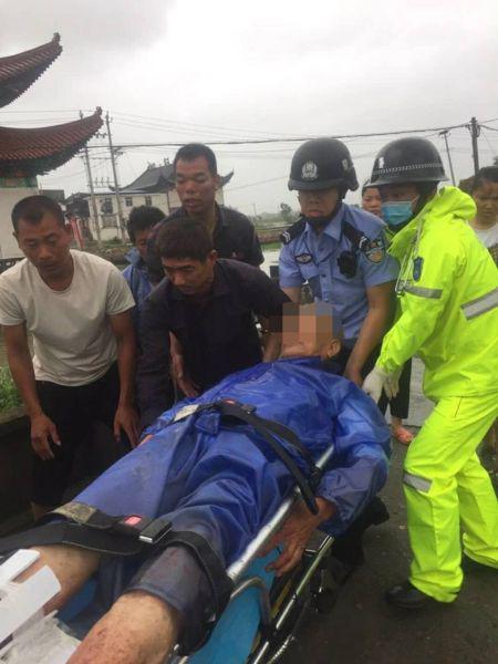图为:老人被送往医院救治。苍南警方提供