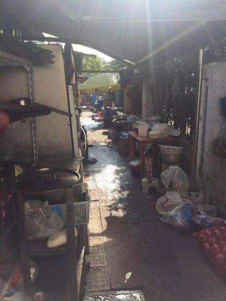 宁大步行街上,个别餐厅脏乱不堪的后厨加工地