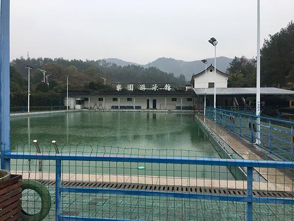 涉事游泳池的局部本文图均为 澎湃新闻记者 葛熔金 图