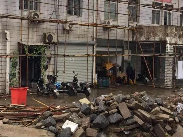 现实中隐匿在建筑垃圾堆边上的海苔鸡排饭外卖店