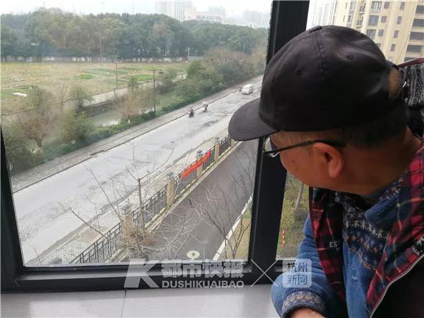 喜鹊在树上搭个窝 杭州一大伯偷偷在窗台上看乐开花