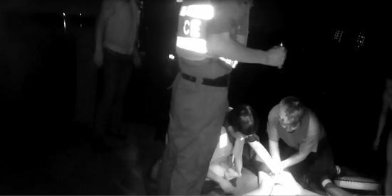 民警齐救落水男子。警方提供