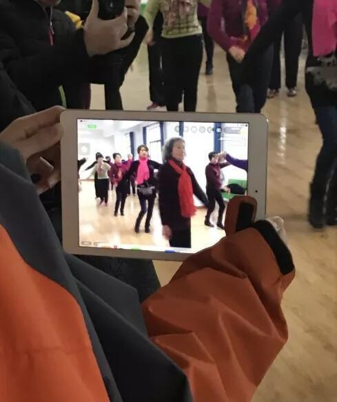 胡晖跳舞时,有人在旁边拍视频。