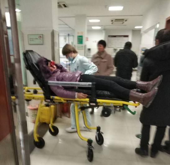 图为:伤员被送至当地医院 台州市?#34892;?#21307;院供图