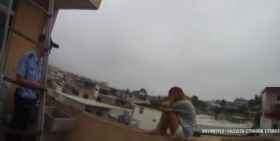台州一花季少女上阳台轻生 只因母亲夺走了其手机