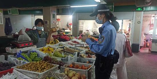 杭州一大姐骑车闯红灯 交警一路跟到菜场上门宣教