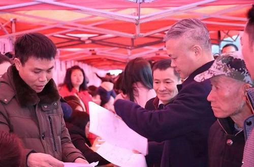 图为:常山县委书记叶美峰在招聘现场了解用工需求。常山县人力社保局供图