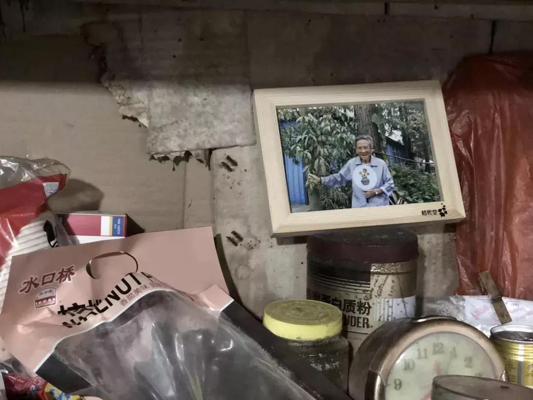 欠了半世纪的10块钱 浙江98岁奶奶冒雨走3公里还债