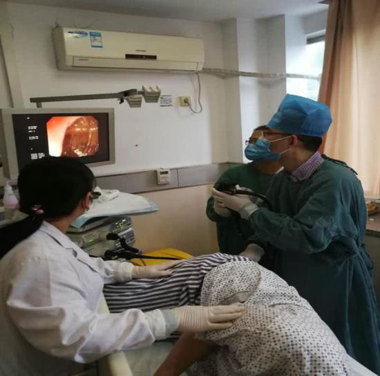 图为正在为病人做检查的医生