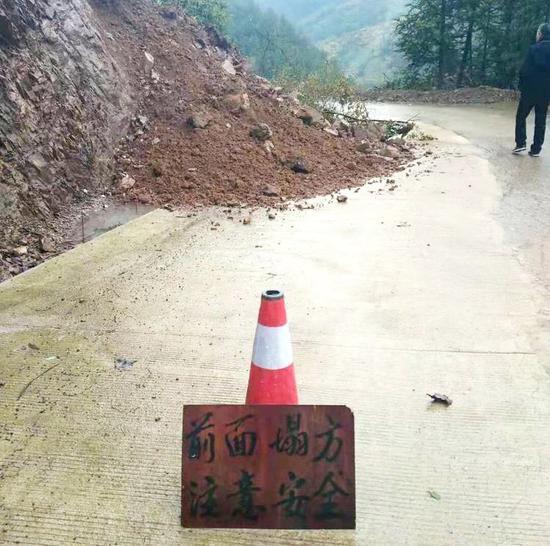持续降雨之下,有乡镇道路出现小型塌方 兰溪提供