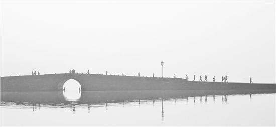 昨天早晨,被雾笼罩的西湖,呈现出一片朦胧美景。 里尔 摄