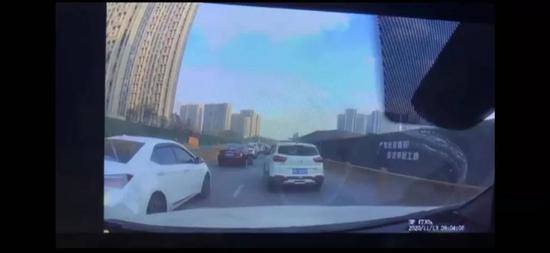 前方有车加塞后车加速撞上 浙江街头这一幕引发热议