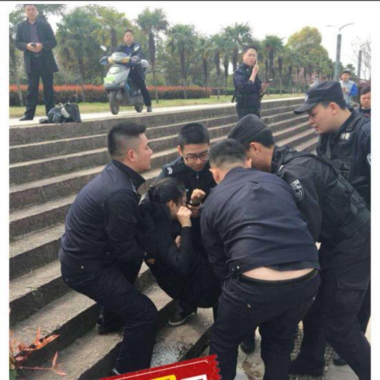 90后女子跳江轻生 浙江江山民警火速救人 警方提供