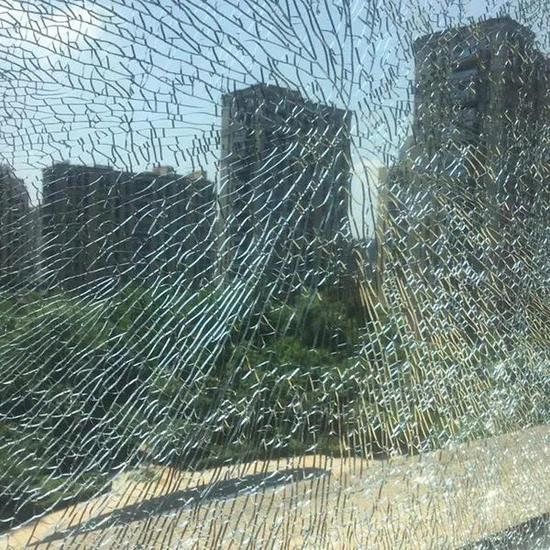 杭州高温第二天 天气热到市民家里玻璃炸裂成蜘蛛网
