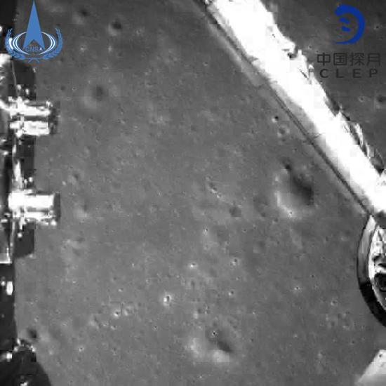▲嫦娥四号探测器动力下降过程降落相机拍摄的图像