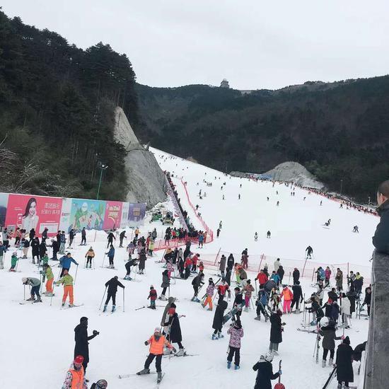 图为:杭州大明山滑雪 沈镓妃 摄