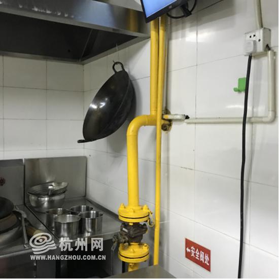 杭州一餐饮店厨房里置于墙面的天然气管道