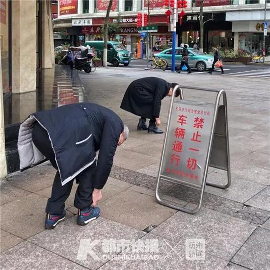 2018年2月,五马街口,两个人的鞋带都散了。