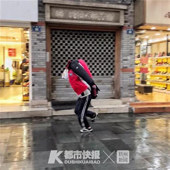 2018年12月,纱帽河,雨天,一中学生衣服盖在头上奔跑,也不知道怎么看路。
