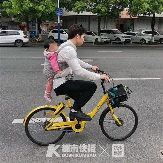 2018年4月,环城东路,一位爸背着小孩出行。