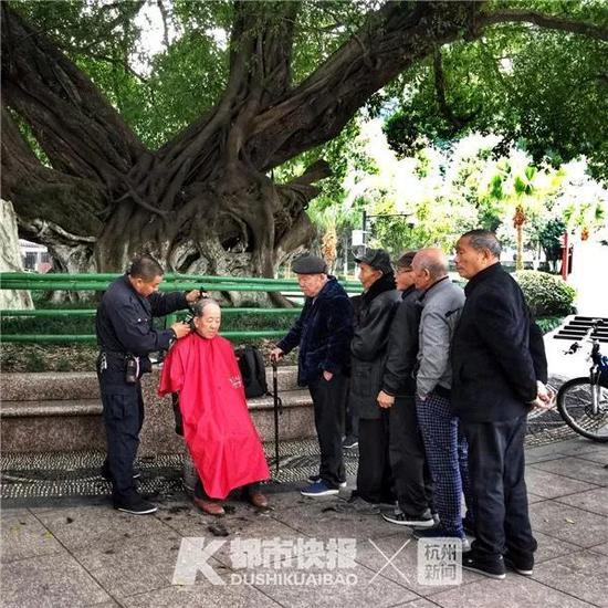 2017年12月,环城东路,老人们排队等待理发。