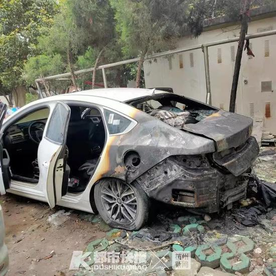 杭州庆春路一停车场发出巨响 一辆油电混合车突然起火