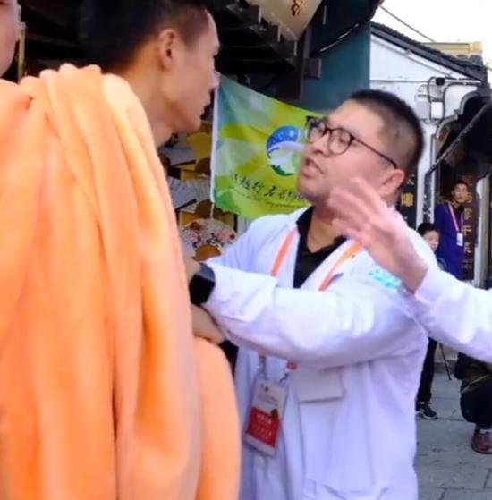 赵医生劝阻该选手。