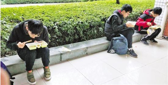 浙大紫金港校区这样在路边吃饭的大学生很常见。