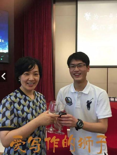 黄文令杰(右)和语文老师苏丽(左)在毕业酒会上合影