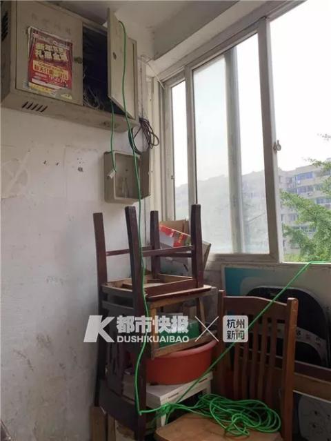 还有居民说,有电工测了那根铁柱,电压有210伏。