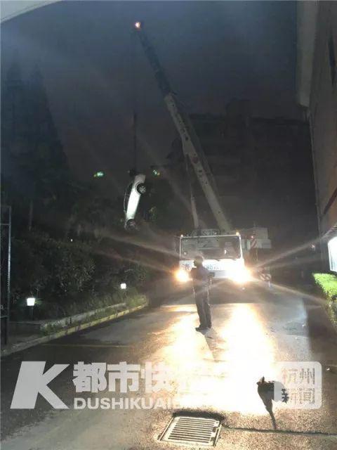 别克车被吊出水坑。 摄影 刘抗