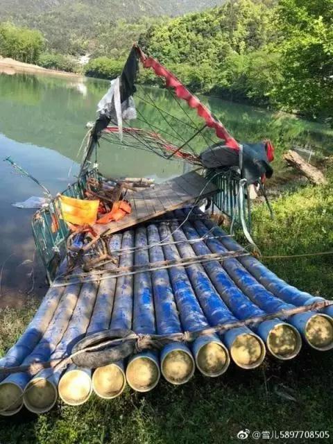 乘坐的竹筏