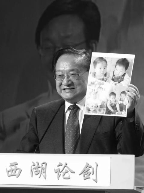 金庸和杭州缘分颇深,   图为2001年10月21日他出席西湖论剑•网络峰会。   徐璞 摄