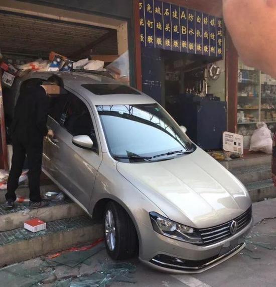 温州一辆私家车倒车 冲进自己开的五金店铺(图)