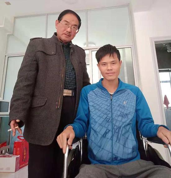 朱颂阳(左)和卢金华在磐安家中