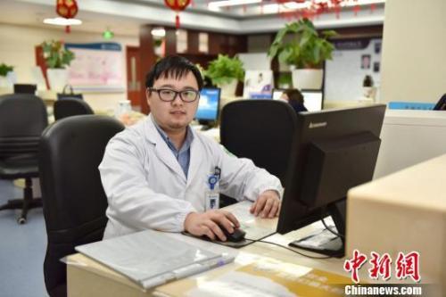 图为:春节期间值班的医生 方临明 摄
