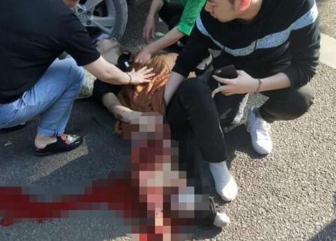 事故经过:超车过程中碰撞1人2车