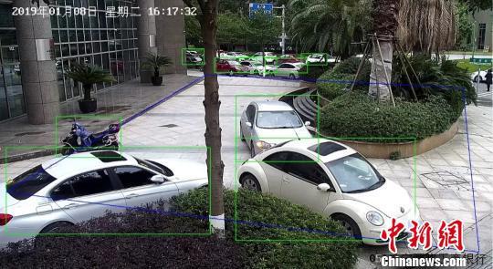 车辆违规停放2分钟内,就会被智慧城管平台侦测锁定。龙湾区委宣传部供图