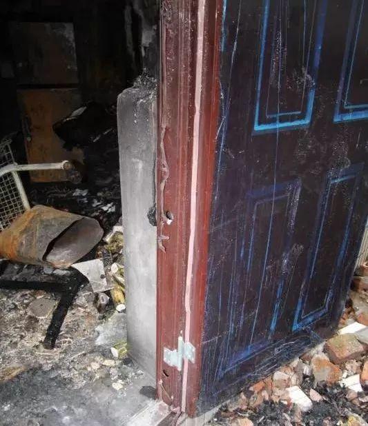 火灾现场,连塑料膜还在的消防逃生门