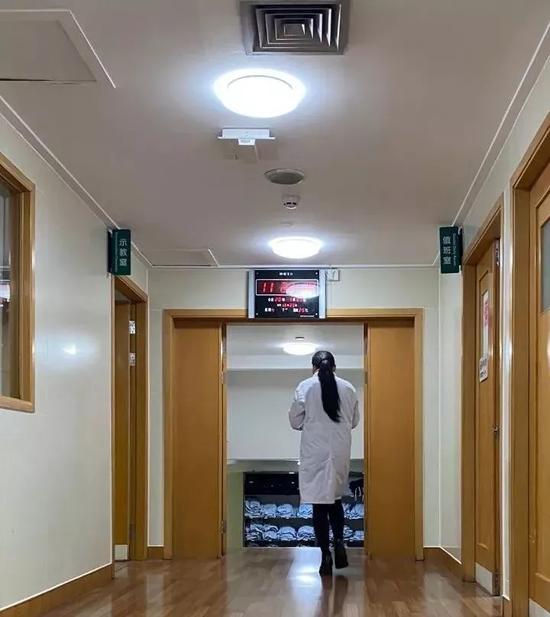 综合监护室同事拍下郑霞出发武汉时的背影