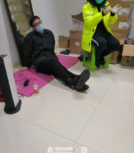 张盖(左一)累得直接瘫倒在地