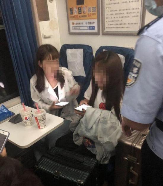 警方对两位女孩进行询问。杭州站警方 供图