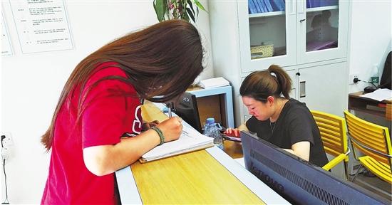骆家庄农居房变身服务公寓,入住者都要统一登记。