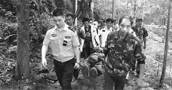 仙居警方和专业救援队在山中展开紧急营救。