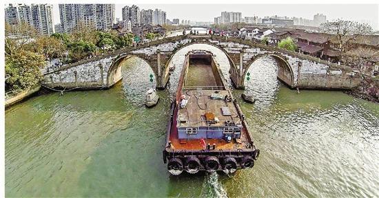货船驶过拱宸桥。